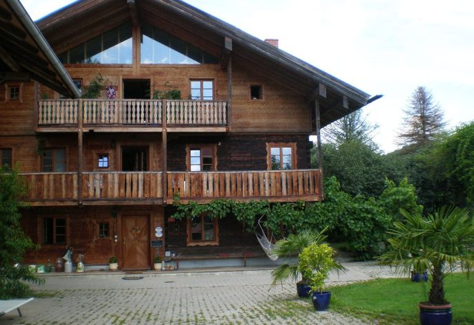 Haupthaus mit Sommerbepflanzung der Auffahrt