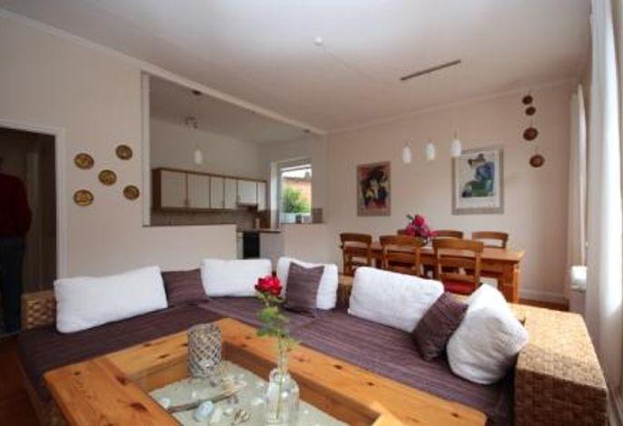 Wohnbereich mit Essbereich und Küchenzeile