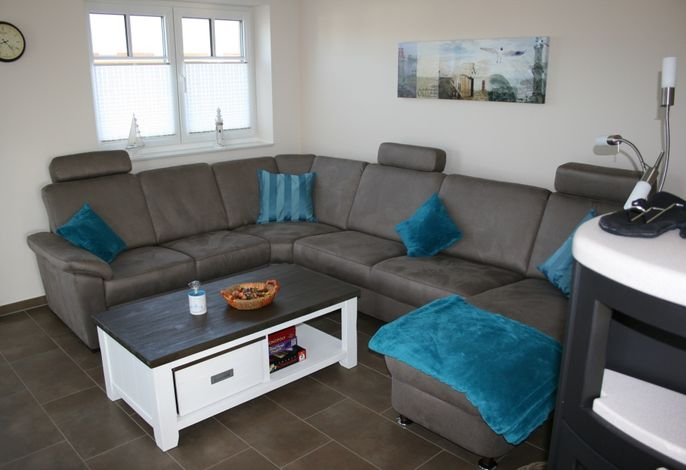 Modernes Wohnzimmer mit Wildledercouch