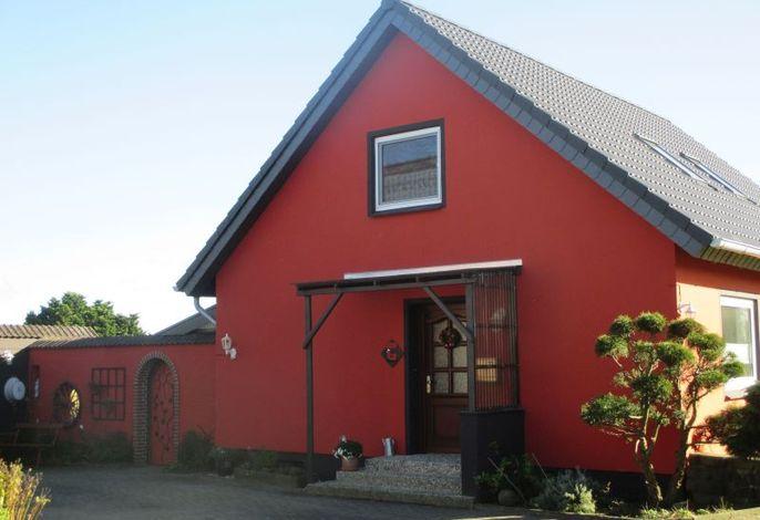 Einladender Eingangsbereich des Ferienhauses Nübel