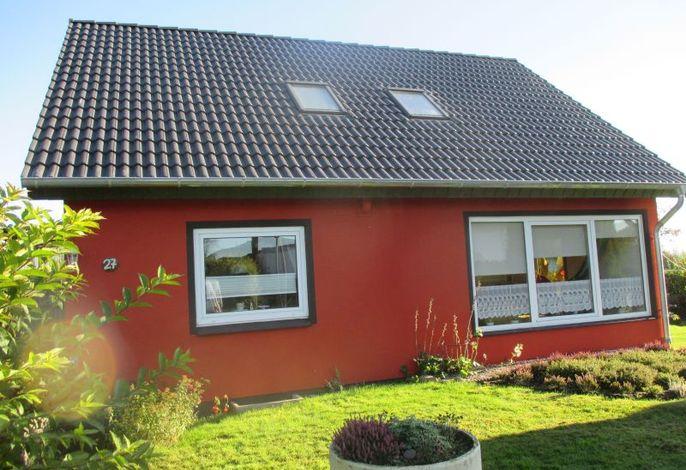 Blick auf die frisch gestrichene Fassades des Ferienhauses