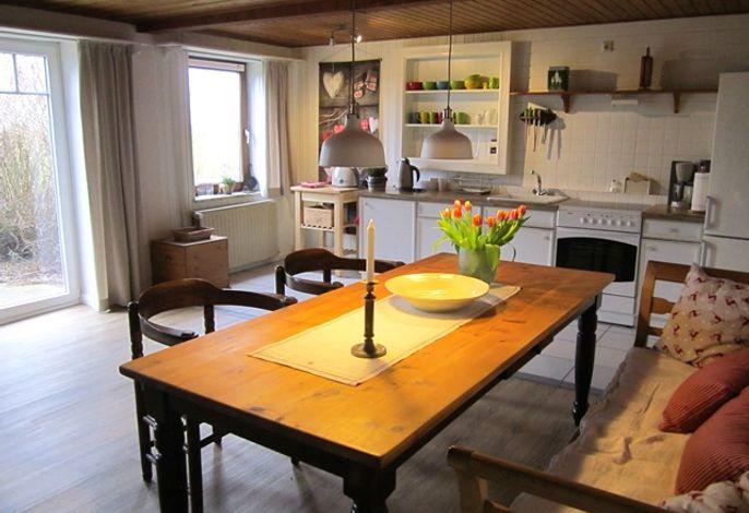 großer Esstisch mit Küche