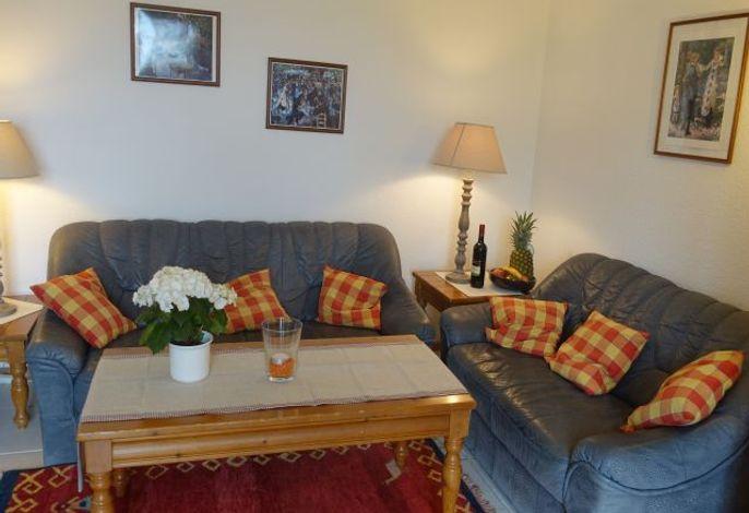 Wohnzimmer mit zwei gemütlichen Sofas