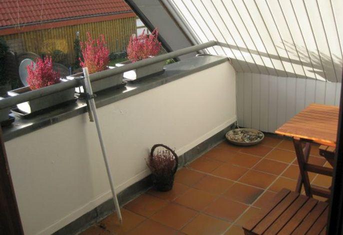 Sonniger Balkon mit bunten Pflanzen
