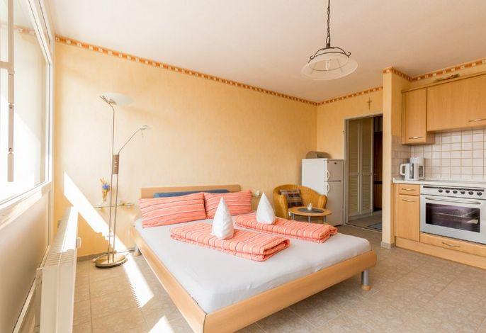 Ferienwohnung 1 - Blick auf das Bett und die Wohnküche