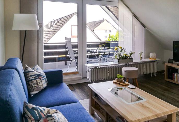 Wohnzimmer mit großem Südbalkon