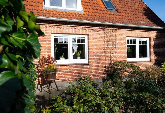 Gemütliche Terrasse im Vorgarten