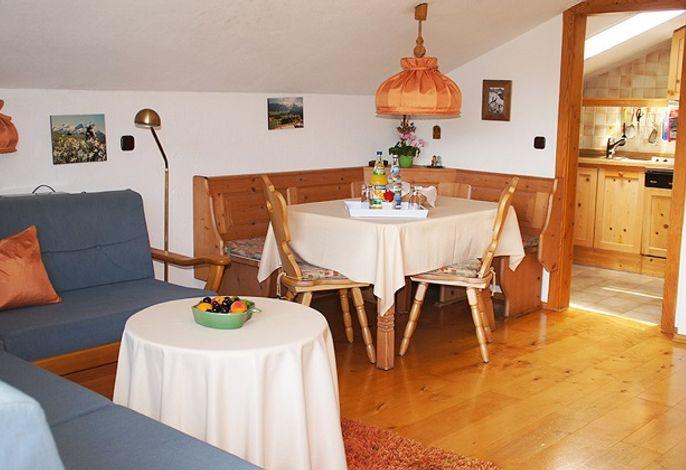 Sitzgruppe mit Essecke und Blick in die Küche