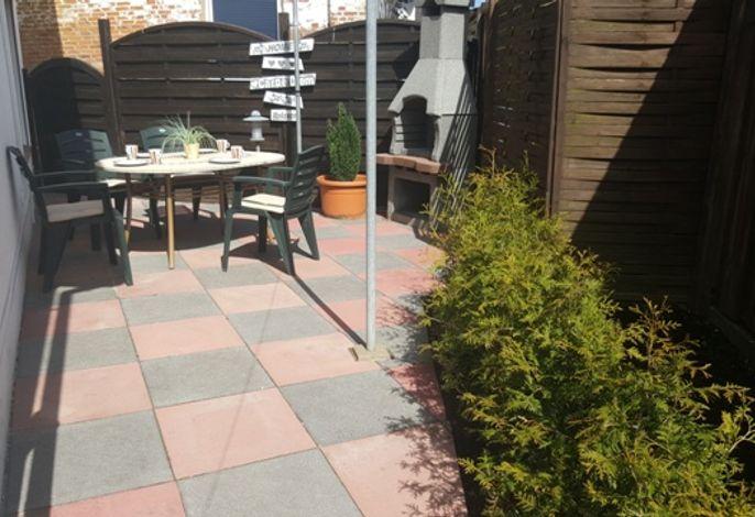kleine Terrasse mit Kamingrill