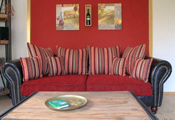 Sehr bequemes tiefes Sofa im Wohnzimmer