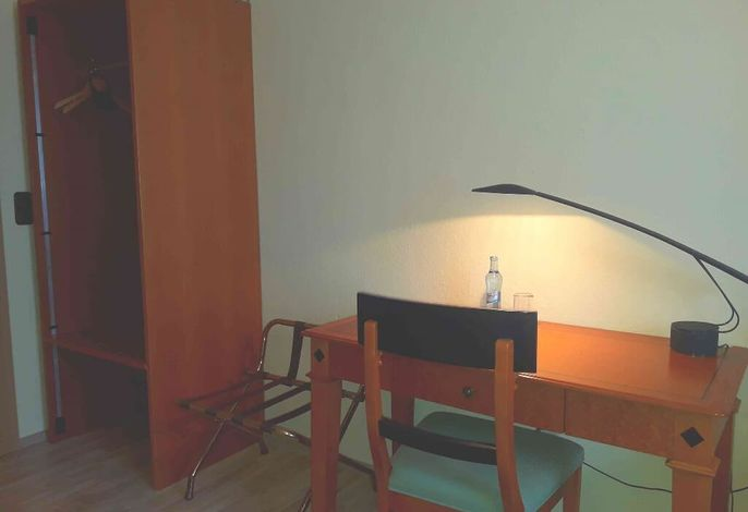 Doppelzimmer Schreibtisch.jpg