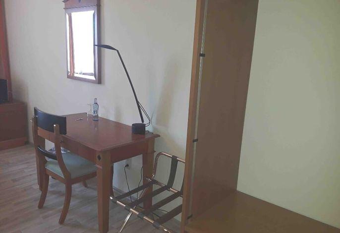 Einzelzimmer Schreibtisch.jpg