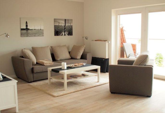 Modernes Wohnzimmer mit gemütlichem Sofa und einem Sessel