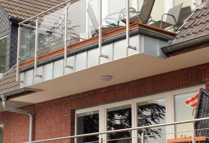 Außenansicht des Hauses mit Balkon