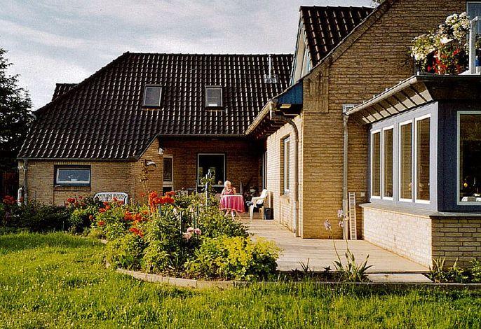 Aussenansicht auf Haus und Garten