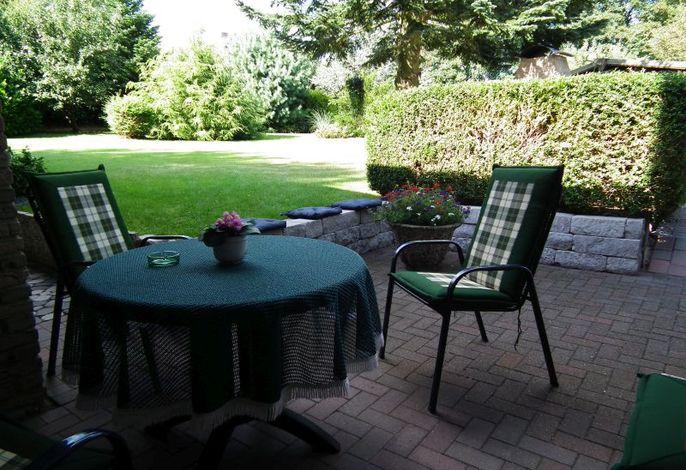 Gemütliche Terrasse mit bequemen Gartenmöbeln
