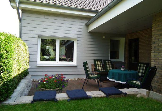 Teilüberdachte Terrasse mit Gartenmöbeln