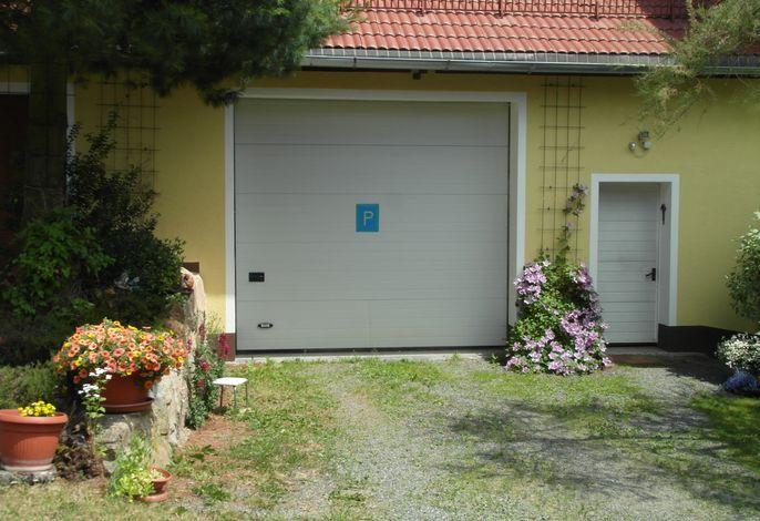 Ihr Parkplatz vor und in der Garage