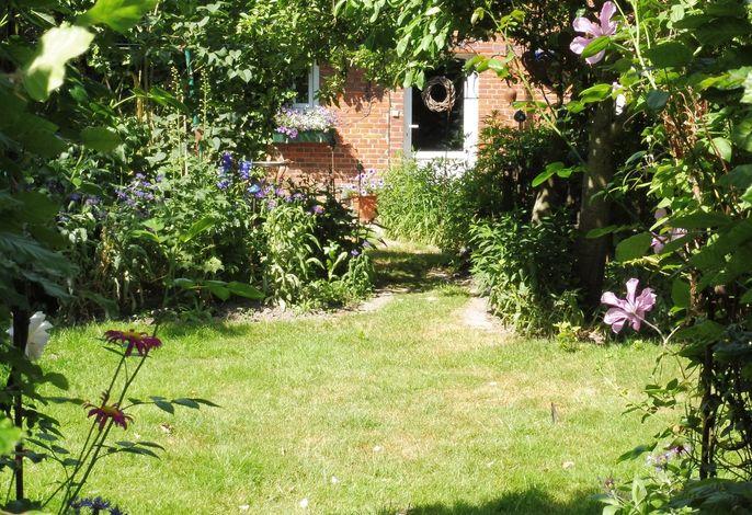 Eingangstür durch den Garten