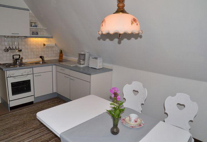Wohnküche mit Küchenzeile und Essbereich