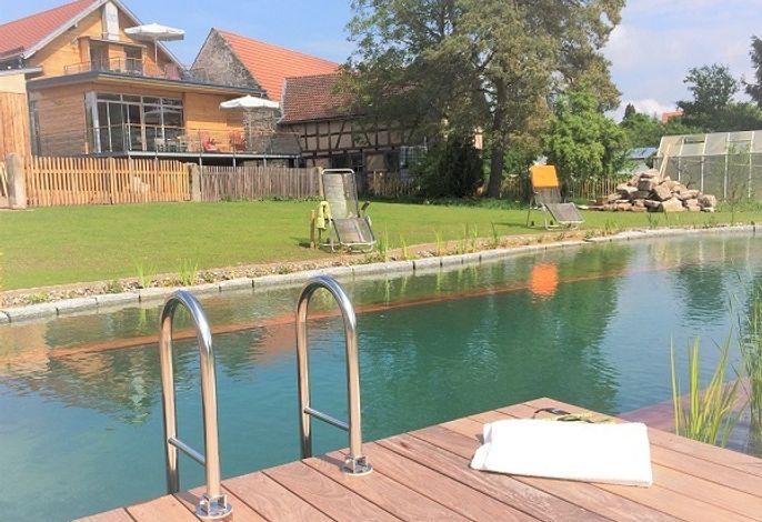 Entspannen im Brauhausgarten mit Schwimmteich