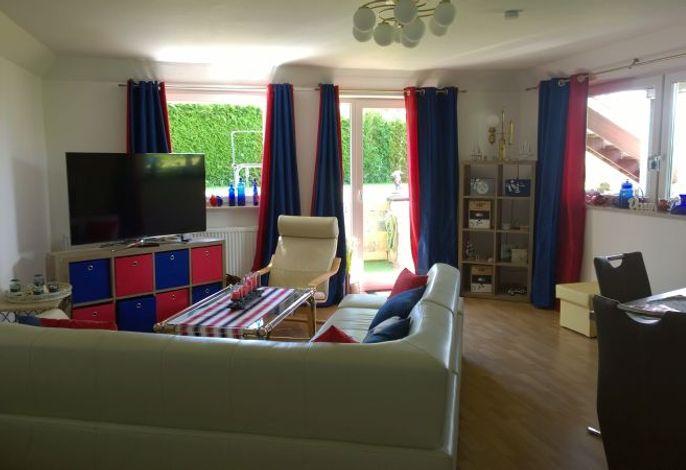 Wohnzimmer mit Sitzecke und Essbereich