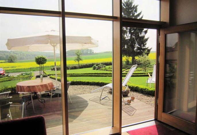 Blick vom Sofa auf Deine Terrasse und Deinen Garten