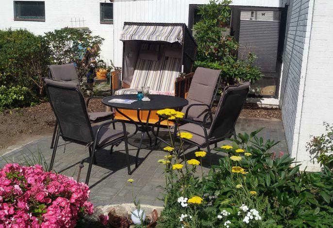 Die Terrasse mit genütlichem Strandkorb und der Möglichkeit zum Grillen