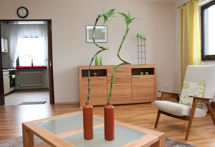 Blick vom Wohnzimmer in die Wohnküche