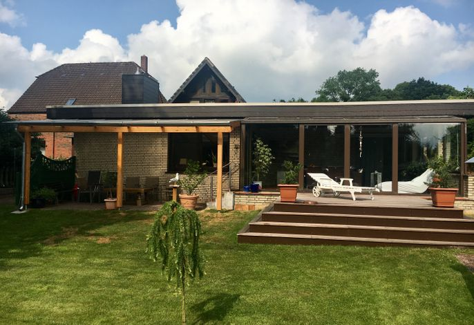 Garten mit Wintergarten und überdachter Terrasse