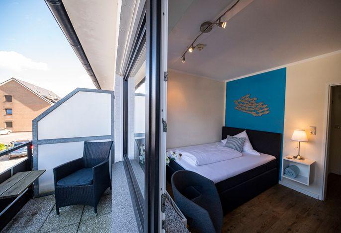 größeres Zimmer mit Balkon und 140cm Bett