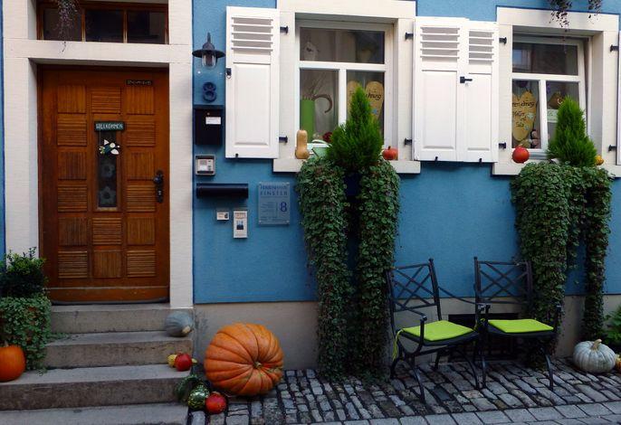Stadteingang zum blauen Ferienhaus FINSTER