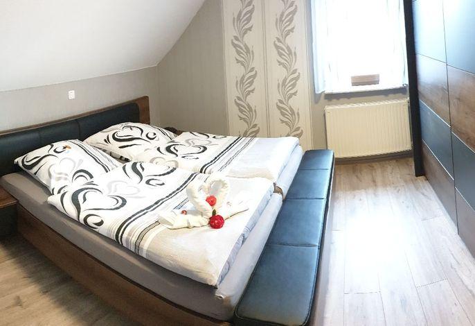 Schlafzimmer Doppelbett und Schrank