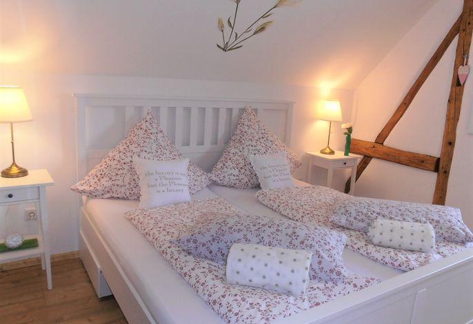 Gemütliches und charmantes Schlafzimmer mit Landhaus Doppelbett