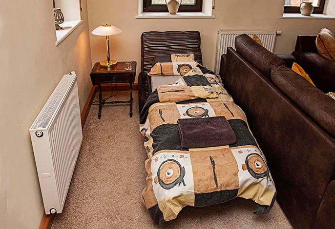 Falls erwünscht, können wie ein Couch Bett ins Wohnzimmer für Sie herrichten.
