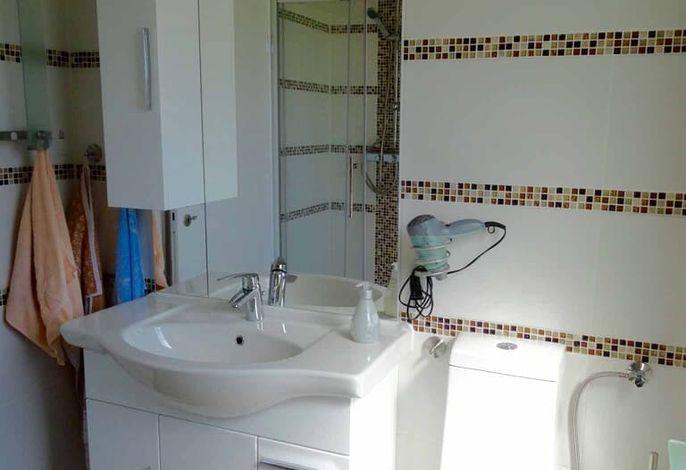 Badezimmer mit großem Spiegel