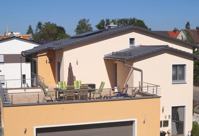 Dachterrasse und Hausansicht