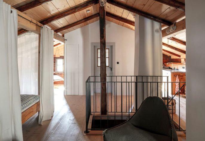 Offener Wohn-Schlafbereich im Dachgeschoss