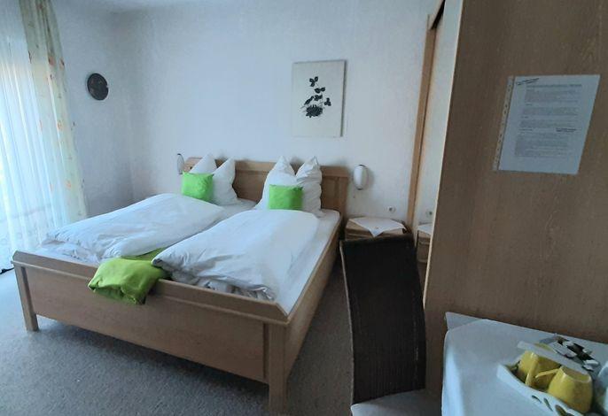 Zimmer mit Balkon Straßenseite
