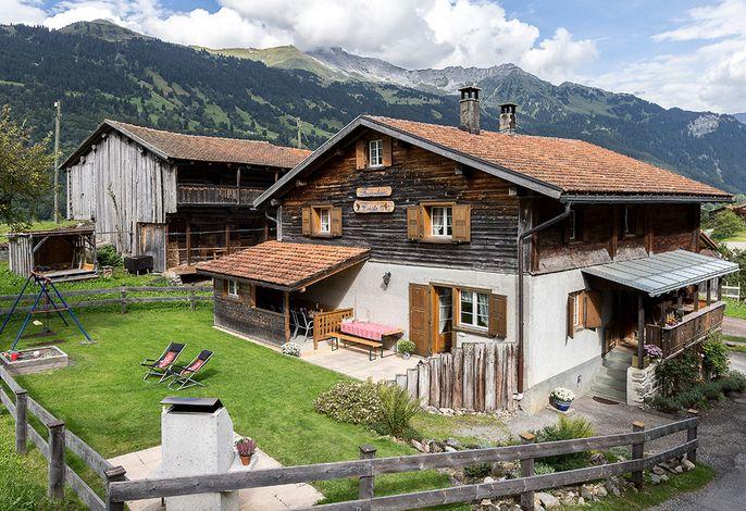 Ferienhaus Cresta - gemütlicher Sitzplatz mit Kamin