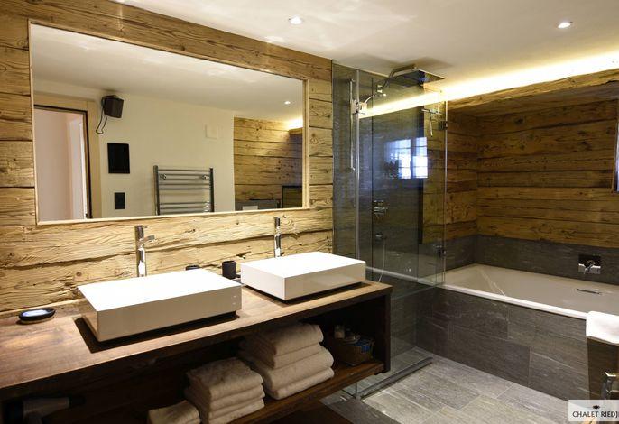 Badezimmer mit Dusche und Wihrlpool
