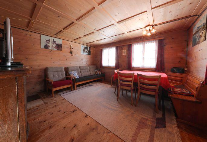 Gemütliches Wohnzimmer mit Sofaecke und Tisch