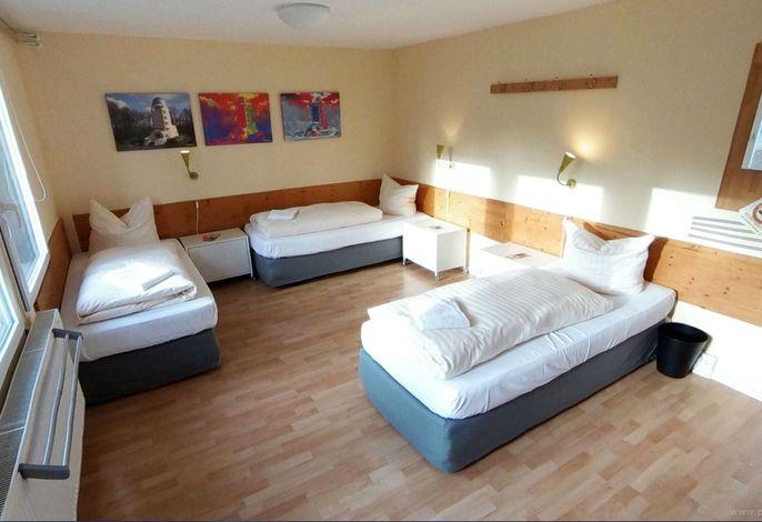 Einzelbett im 4 Bett Zimmer Damen - Geschlechtergetrennte Etagenbäder