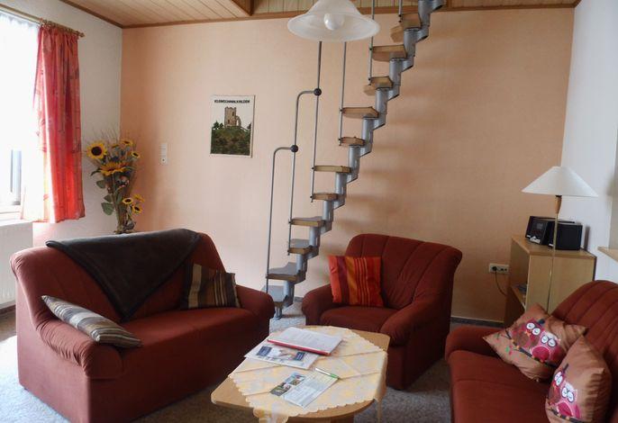 Wohnzimmer-Spartreppe zum Dachgeschoss