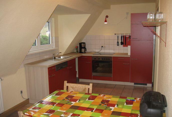 Die Küche wurde im Juli neu eingebaut, hier steht auch der Frühstückstisch