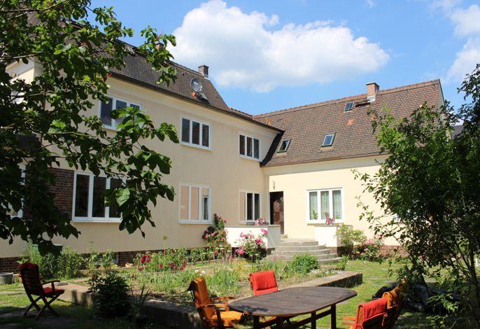 Unser Haus - die Ferienwohnung ist rechts im Anbau.