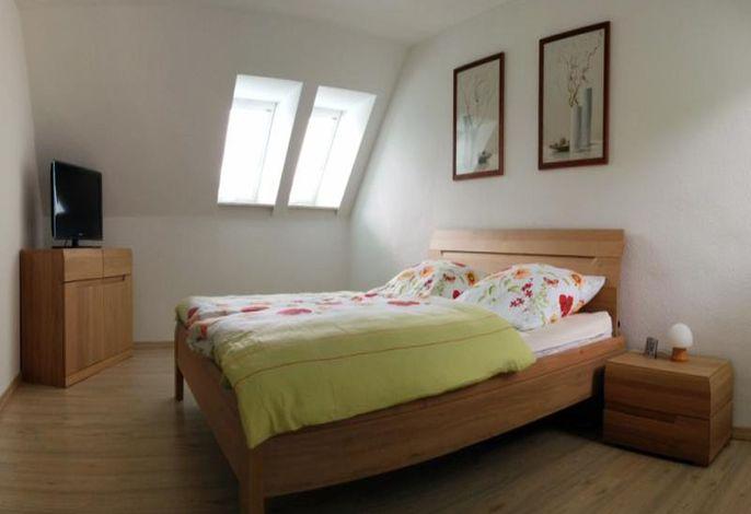 Schlafzimmer mit Doppelbett.jpg
