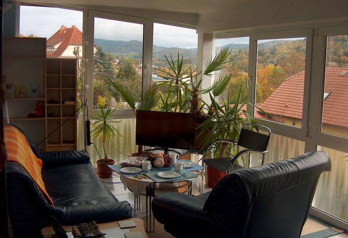 Der gemütliche Wohnwintergarten der Ferienwohnung Trollmann mit herrlichem Ausblick auf die Berge des Rennsteigs
