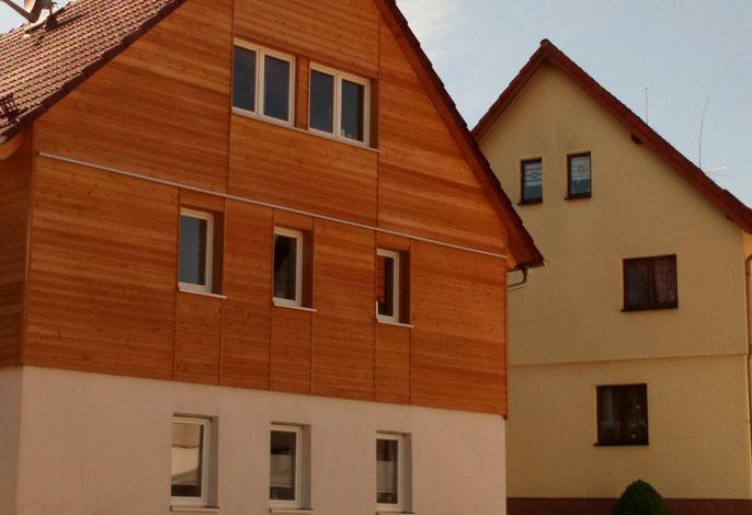 Das 260 Jahre alte Fachwerkhaus ist mit unbehandeltem Lärchenholz verkleidet.