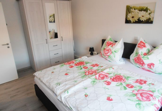 Ferienwohnung zur Rosenkönigin - Schlafzimmer mit Doppelbett